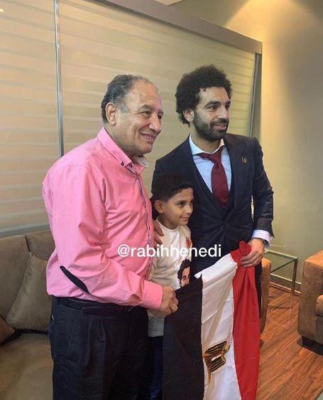 محمد صلاح بصحبة الطفل وجدة فى المطار