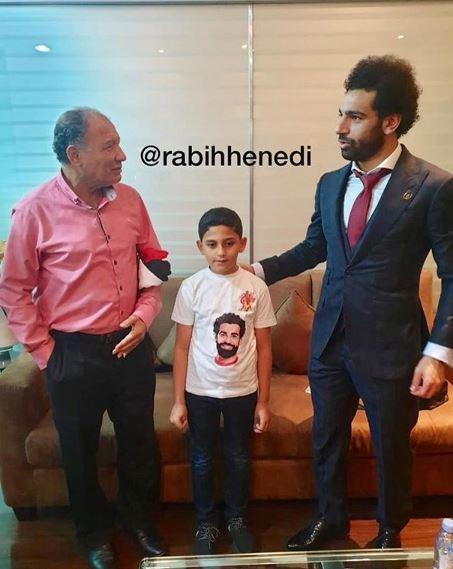محمد صلاح مع الطفل
