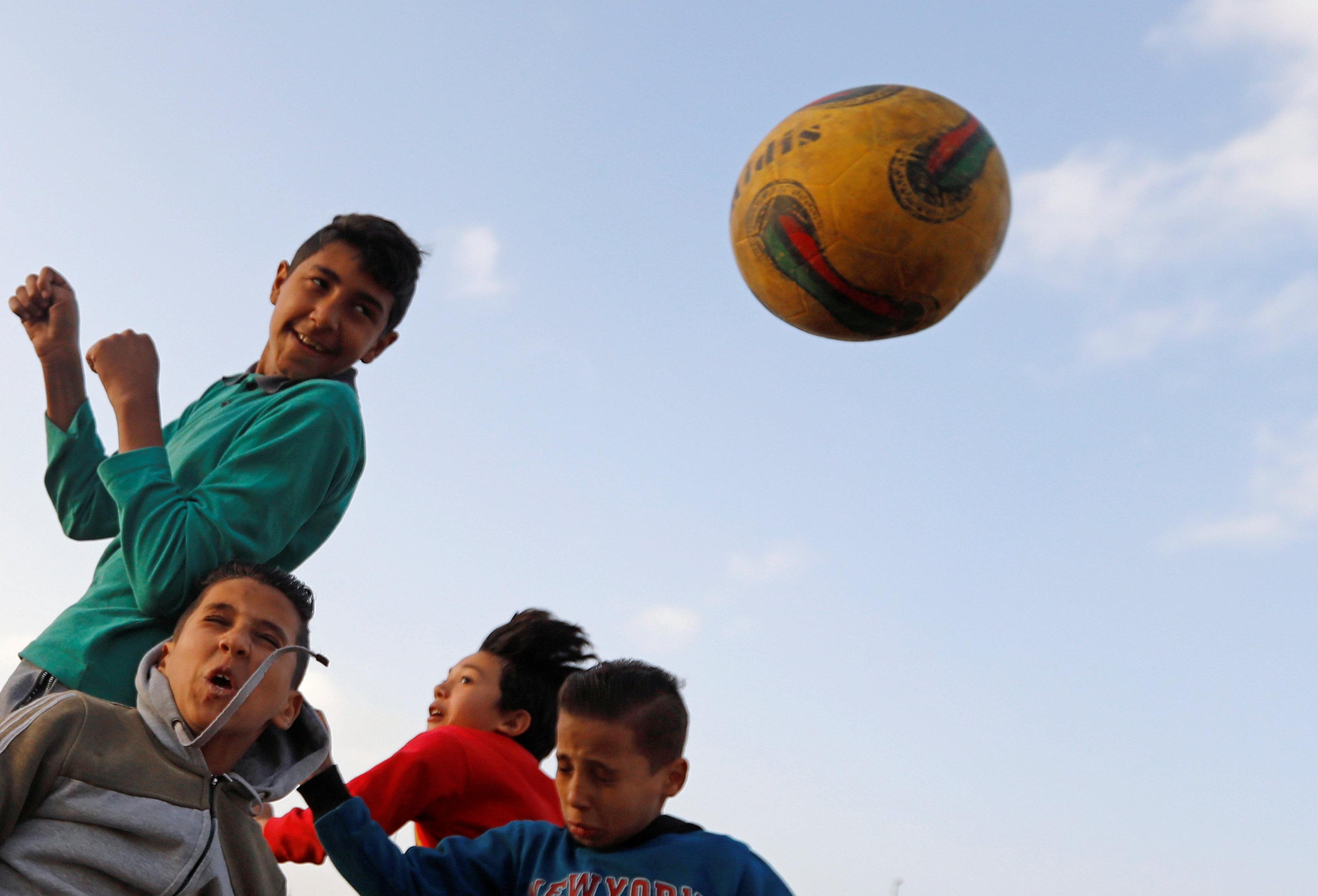 اطفال يلعبون كرة القدم 2