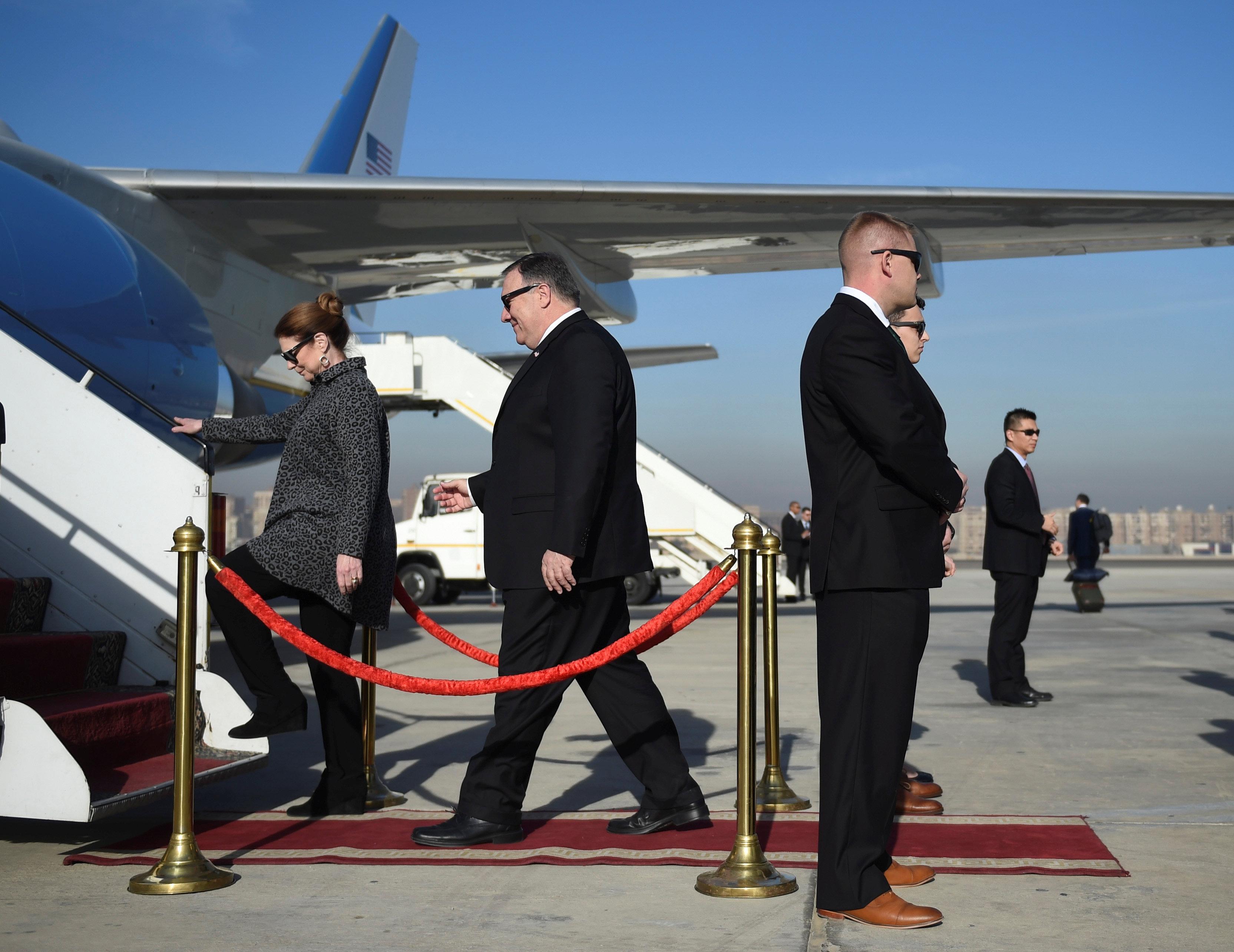مايك بومبيو يغادر مصر بعد زيارة استمرت يومين (1)