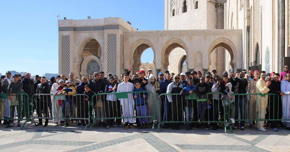 جماهير المغرب تتجمع لتحية الزمالك بعد الصلاة وتأخير المران ساعة