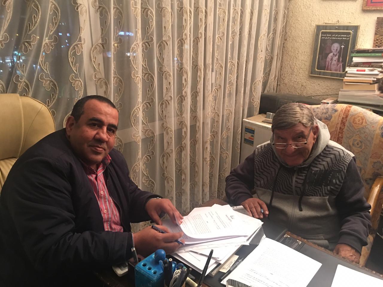 الإعلامى الكبير مفيد فوزى يوقع عقد كتابه قبل وبعد الصدمة العاطفية مع محمد عبد المنعم صاحب دار سما
