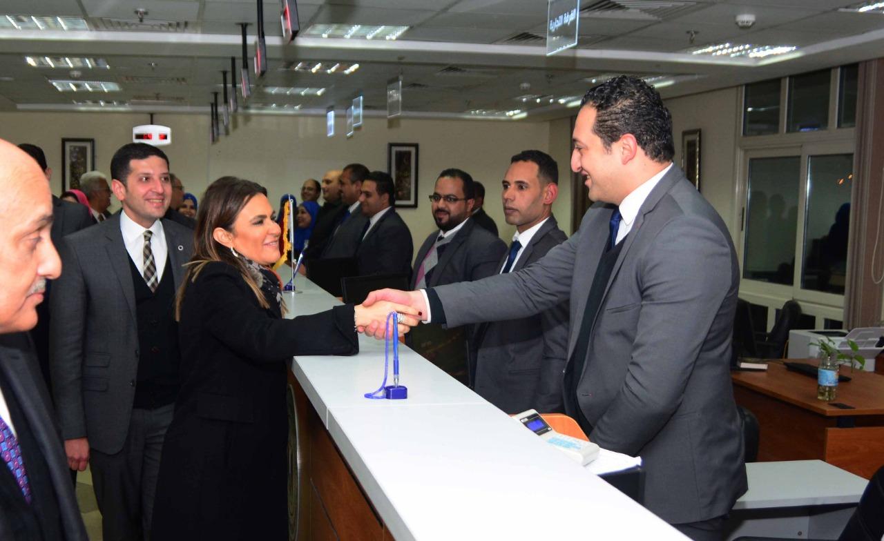 وزيرة الاستثمار تصافح أحد موظفى مركز خدمات المستثمرين