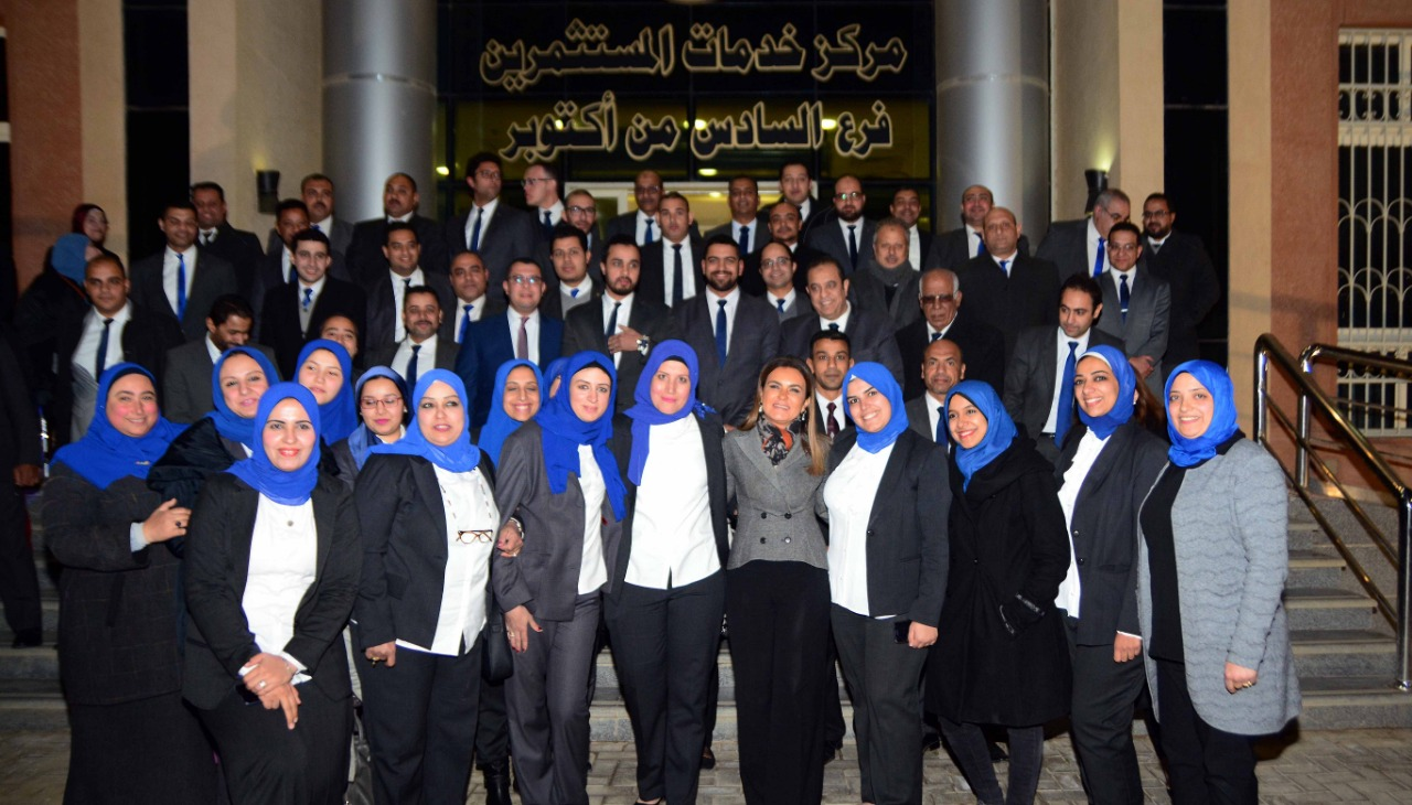 وزيرة الاستثمار فى صورة تذكارية مع العاملين بمركز خدمات المستثمرين فى أكتوبر