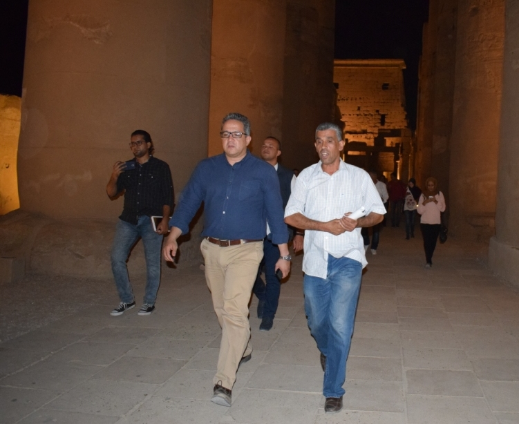 وزير الآثار يكرم مدير معبد الأقصر لنجاحاته في تركيب تمثالين لرمسيس بواجهة المعبد (1)
