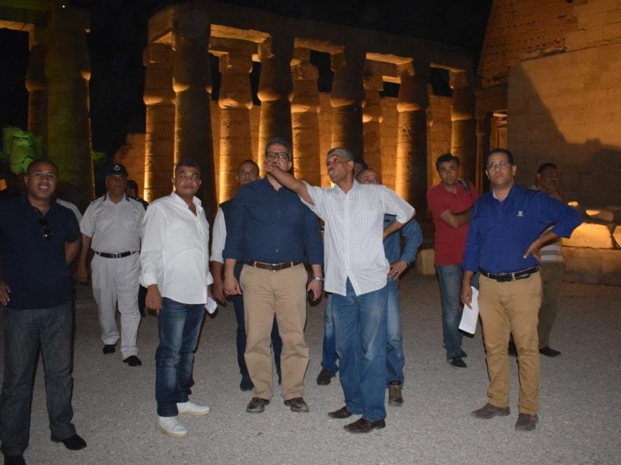 وزير الآثار يكرم مدير معبد الأقصر لنجاحاته في تركيب تمثالين لرمسيس بواجهة المعبد (2)