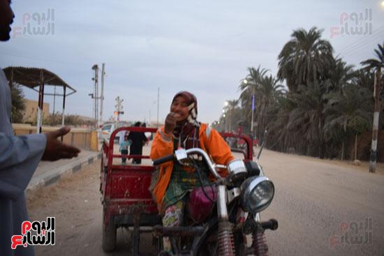 الطفلة-ملك-منصور-إبنة-14-سنة-تجبرها-الظروف-علي-العمل-سائقة-توك-توك-بالطريق-السريع-(6)
