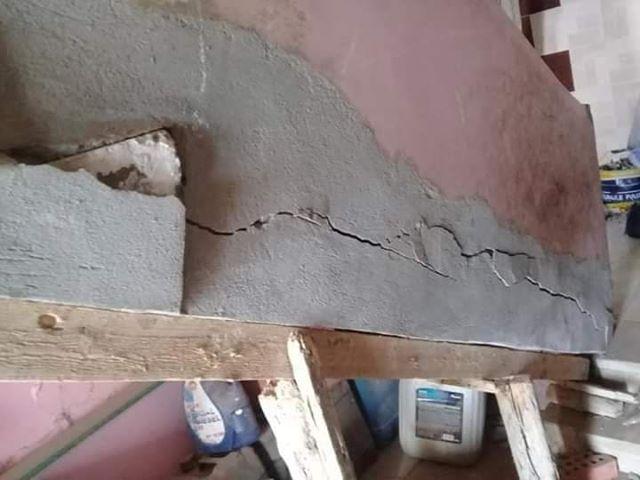 جدار من منزل آيل للسقوط