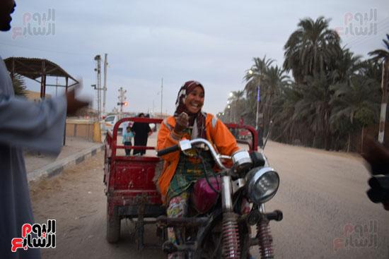 الطفلة-ملك-منصور-إبنة-14-سنة-تجبرها-الظروف-علي-العمل-سائقة-توك-توك-بالطريق-السريع-(7)