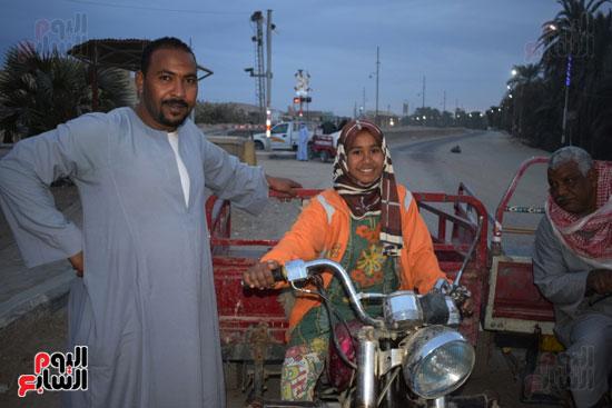 الطفلة-ملك-منصور-إبنة-14-سنة-تجبرها-الظروف-علي-العمل-سائقة-توك-توك-بالطريق-السريع-(3)