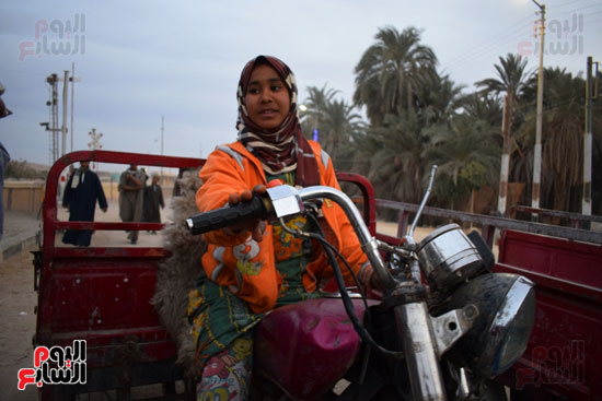الطفلة-ملك-منصور-إبنة-14-سنة-تجبرها-الظروف-علي-العمل-سائقة-توك-توك-بالطريق-السريع-(5)