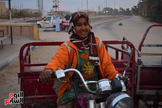 الطفلة-ملك-منصور-إبنة-14-سنة-تجبرها-الظروف-علي-العمل-سائقة-توك-توك-بالطريق-السريع-(2)