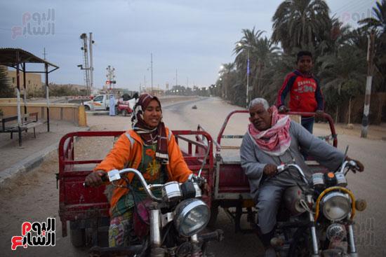 الطفلة-ملك-منصور-إبنة-14-سنة-تجبرها-الظروف-علي-العمل-سائقة-توك-توك-بالطريق-السريع-(9)