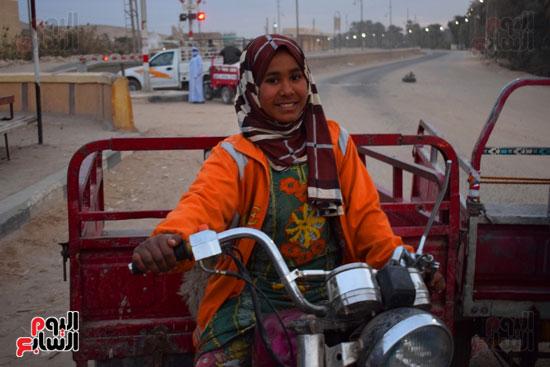 الطفلة-ملك-منصور-إبنة-14-سنة-تجبرها-الظروف-علي-العمل-سائقة-توك-توك-بالطريق-السريع-(1)