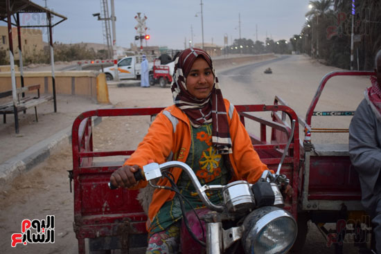 الطفلة-ملك-منصور-إبنة-14-سنة-تجبرها-الظروف-علي-العمل-سائقة-توك-توك-بالطريق-السريع-(8)