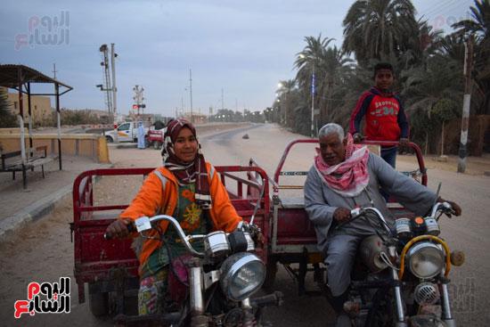 الطفلة-ملك-منصور-إبنة-14-سنة-تجبرها-الظروف-علي-العمل-سائقة-توك-توك-بالطريق-السريع-(10)