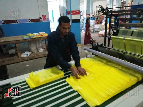 أحد-عمال-المصنع-(1)