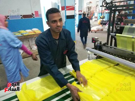 أحد-عمال-المصنع-(2)