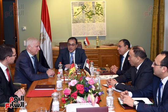 رئيس الوزراء اجتماع مع شركات تدوير القامة الألمانيا (2)