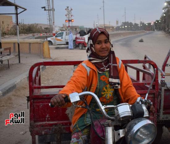 الطفلة-ملك-منصور-إبنة-14-سنة-تجبرها-الظروف-علي-العمل-سائقة-توك-توك-بالطريق-السريع-(11)