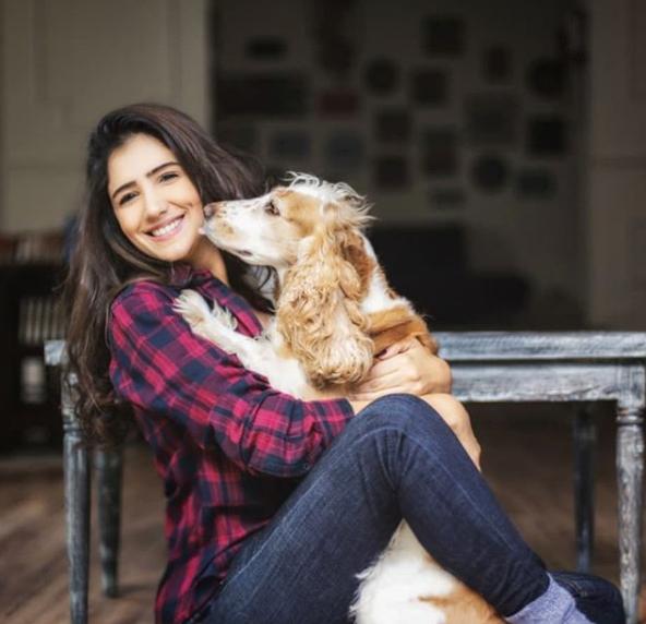 مى مع كلبها