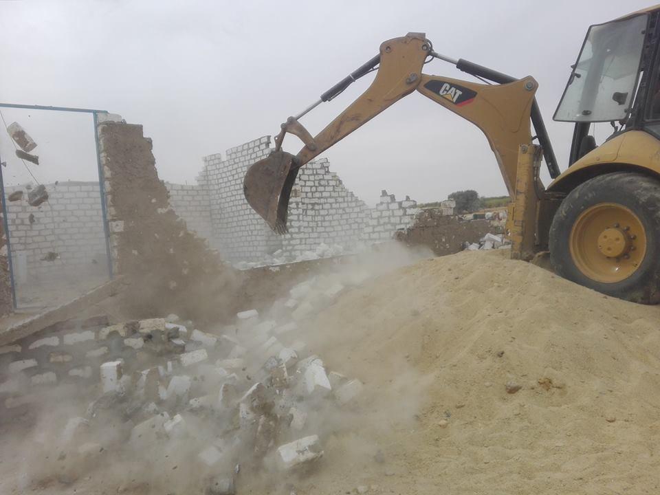 رجال مدينة إسنا يزيلون 60 حالة تعدي علي الأراضي الزراعية خلال 48 ساعة (1)