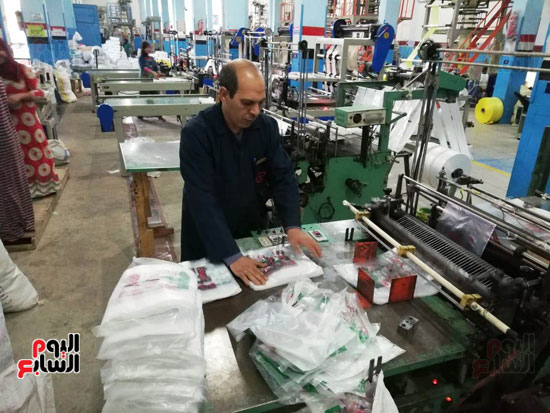 مدير-المصنع-اثناء-العمل-(1)