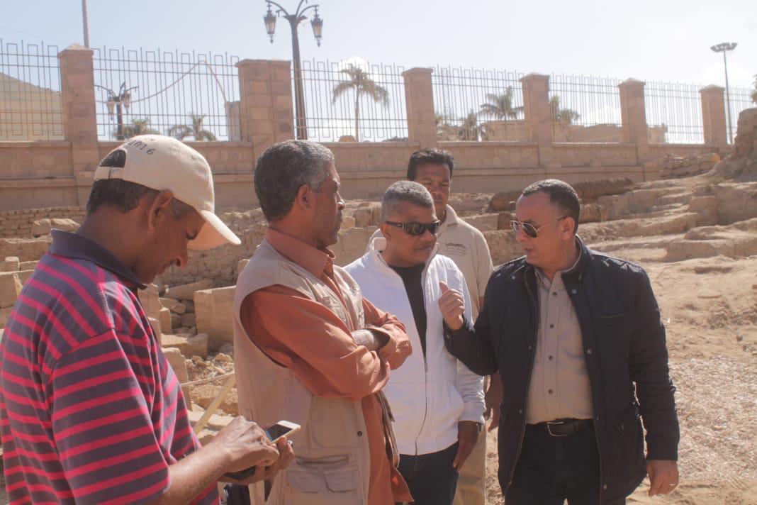 وزير الآثار يكرم مدير معبد الأقصر لنجاحاته في تركيب تمثالين لرمسيس بواجهة المعبد (4)