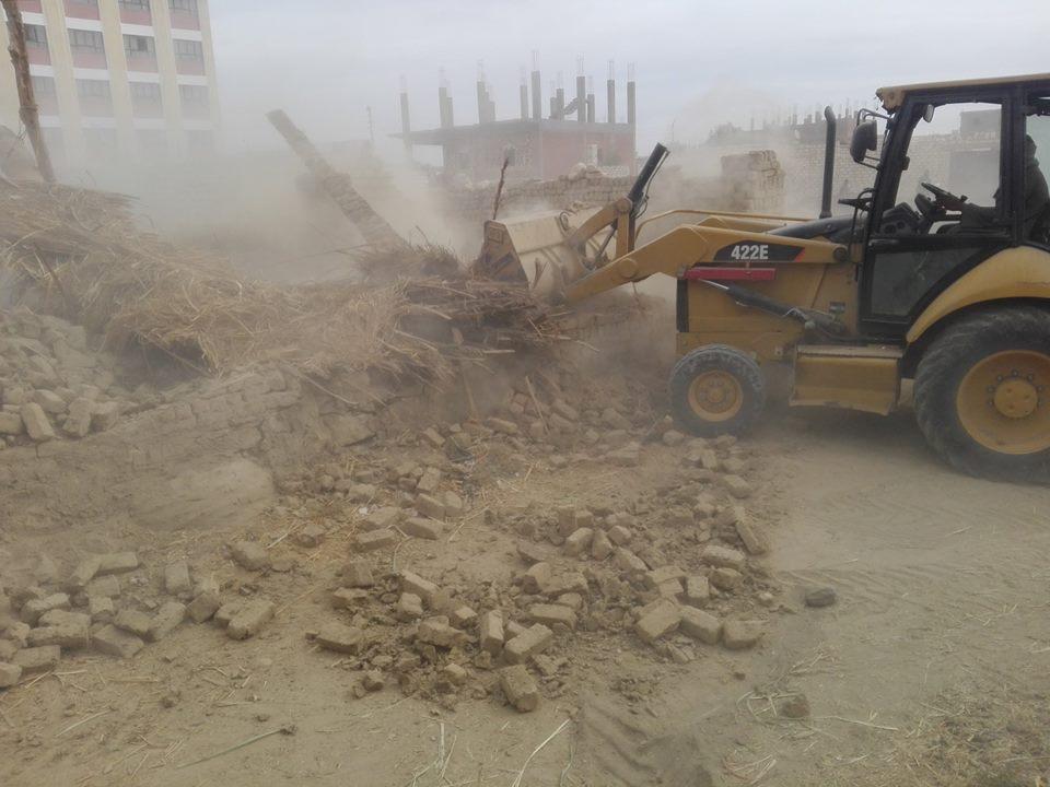رجال مدينة إسنا يزيلون 60 حالة تعدي علي الأراضي الزراعية خلال 48 ساعة (3)