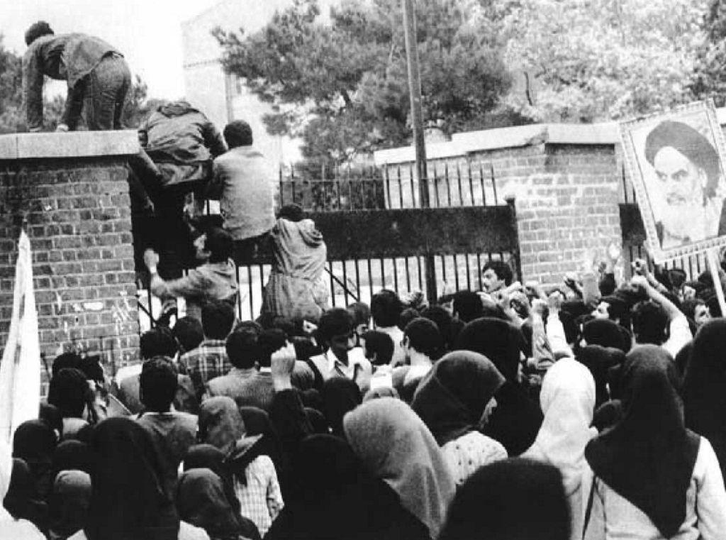 قفز المحتجين على اسوار السفارة