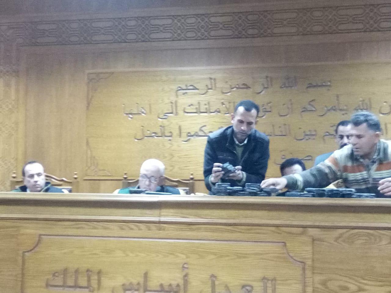 هيئة المحكمة برئاسة المستشار محمد سعيد الشربينى تفض احراز العائدون من ليبيا (1)