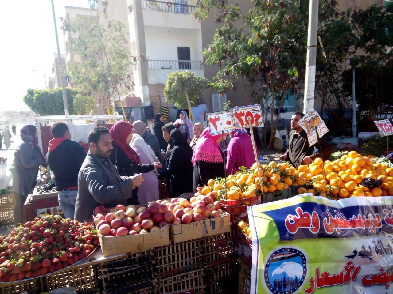 قافلة بيع الخضروات والفاكهة بأسعار مخفضة