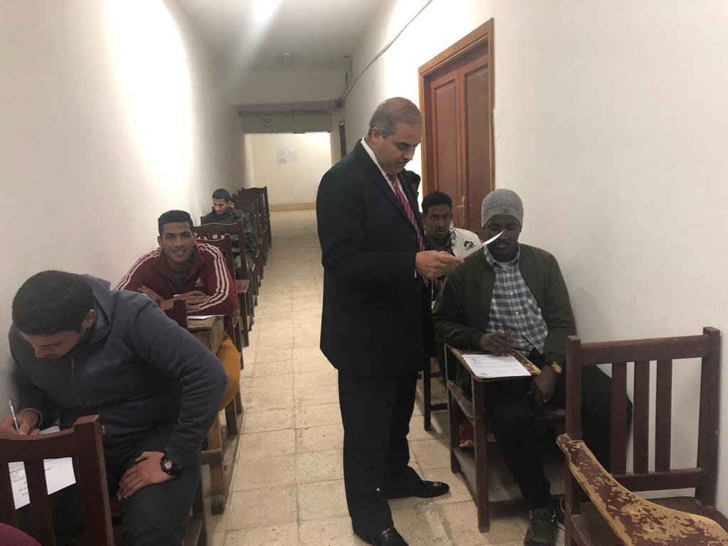 د. محمد المحرصاوى رئيس جامعة الأزهر أثناء جولته الميدانية  (2)