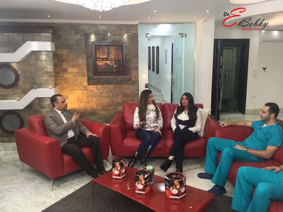 الفنانة سلوى خطاب خلال زيارة مركز الدكتور أحمد السبكى