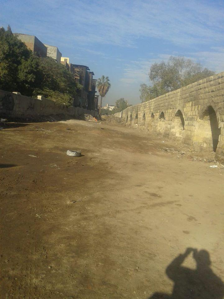 رفع المخلفات بمحيط سور مجري العيون بالقاهرة (2)