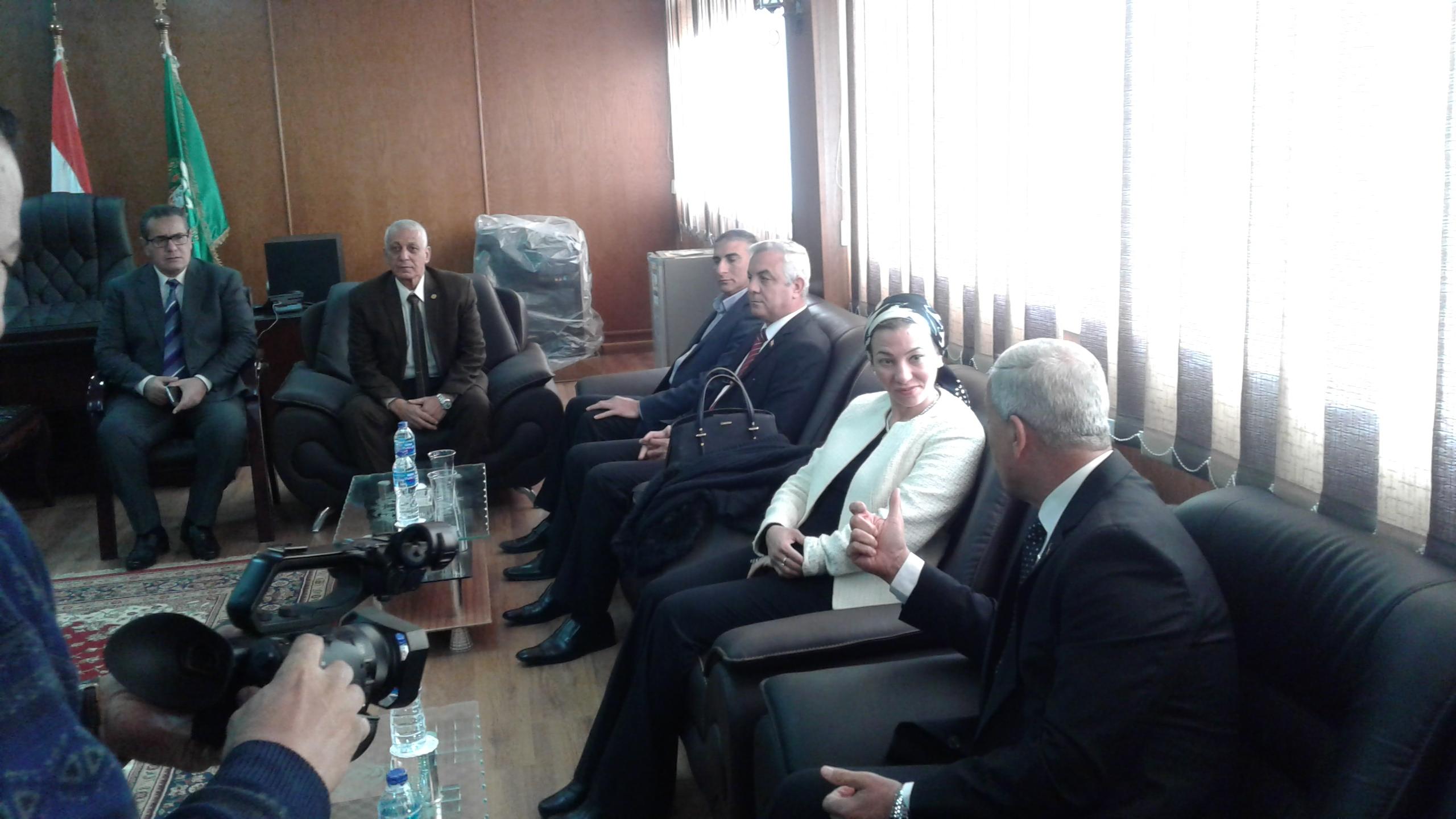 محافظ المنوفية يستقبل وزيره البيئة بمكتبة (2)