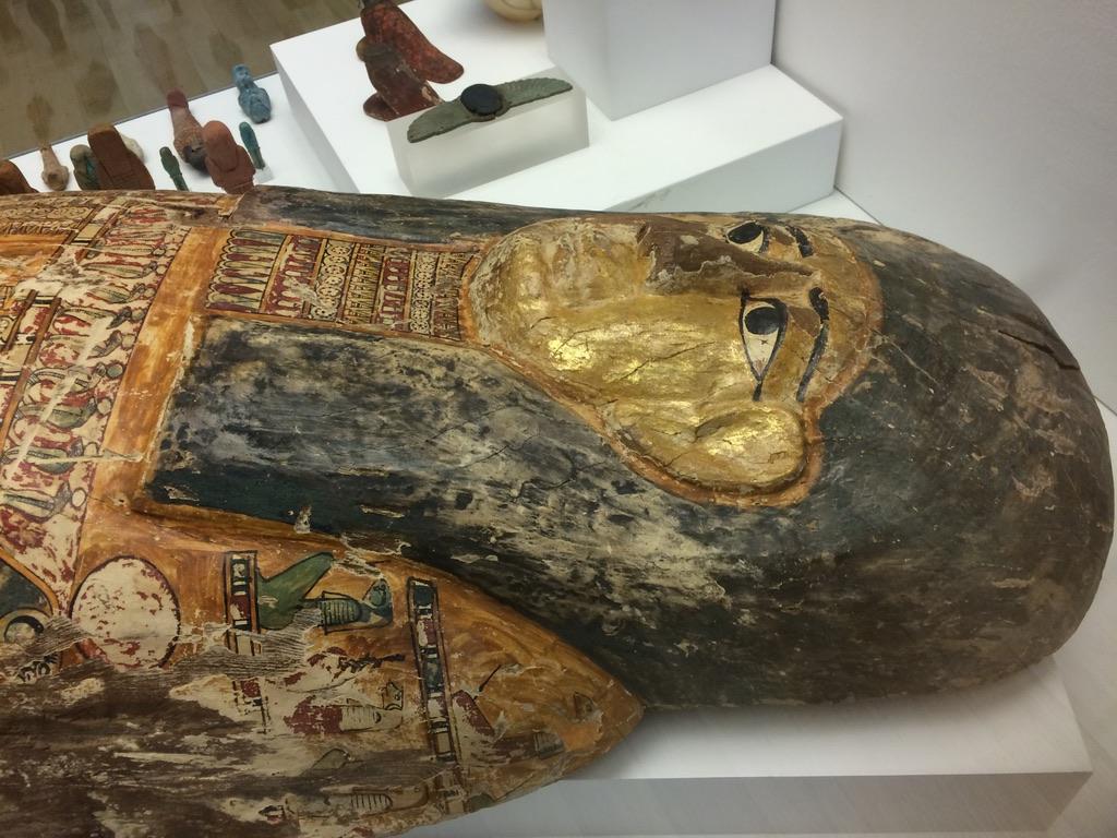 غطاء تابوت خشبي يرجع لعصر البطالمة في المتحف- سمر سمير- اليوم السابع