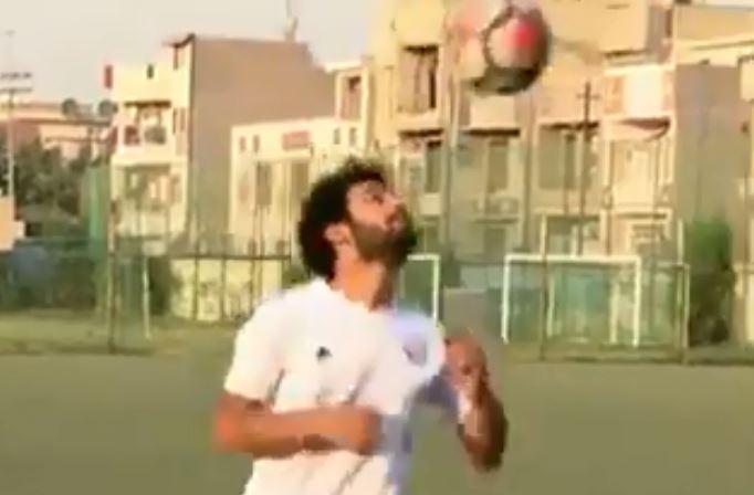 شبيه محمد صلاح يلعب كرة القدم