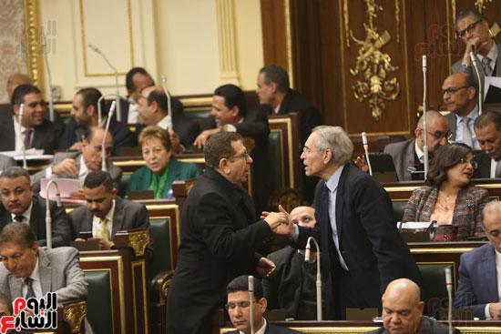 برلمانيون يواجهون الطقس السيئ بالجلسة العامة (6)