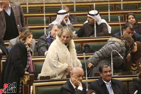برلمانيون يواجهون الطقس السيئ بالجلسة العامة (5)