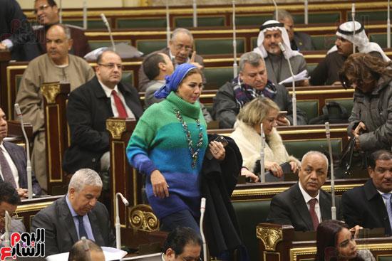 برلمانيون يواجهون الطقس السيئ بالجلسة العامة (7)