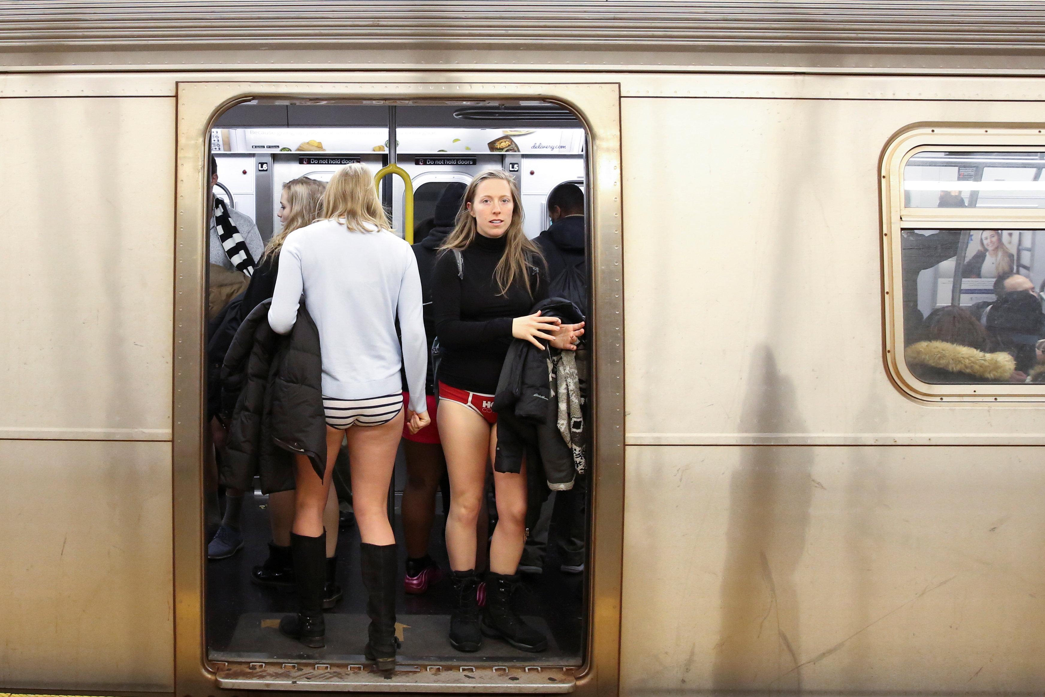 ركاب مترو نيويورك يحتفلون باليوم العالمى لخلع السروال رغم البرد (1)