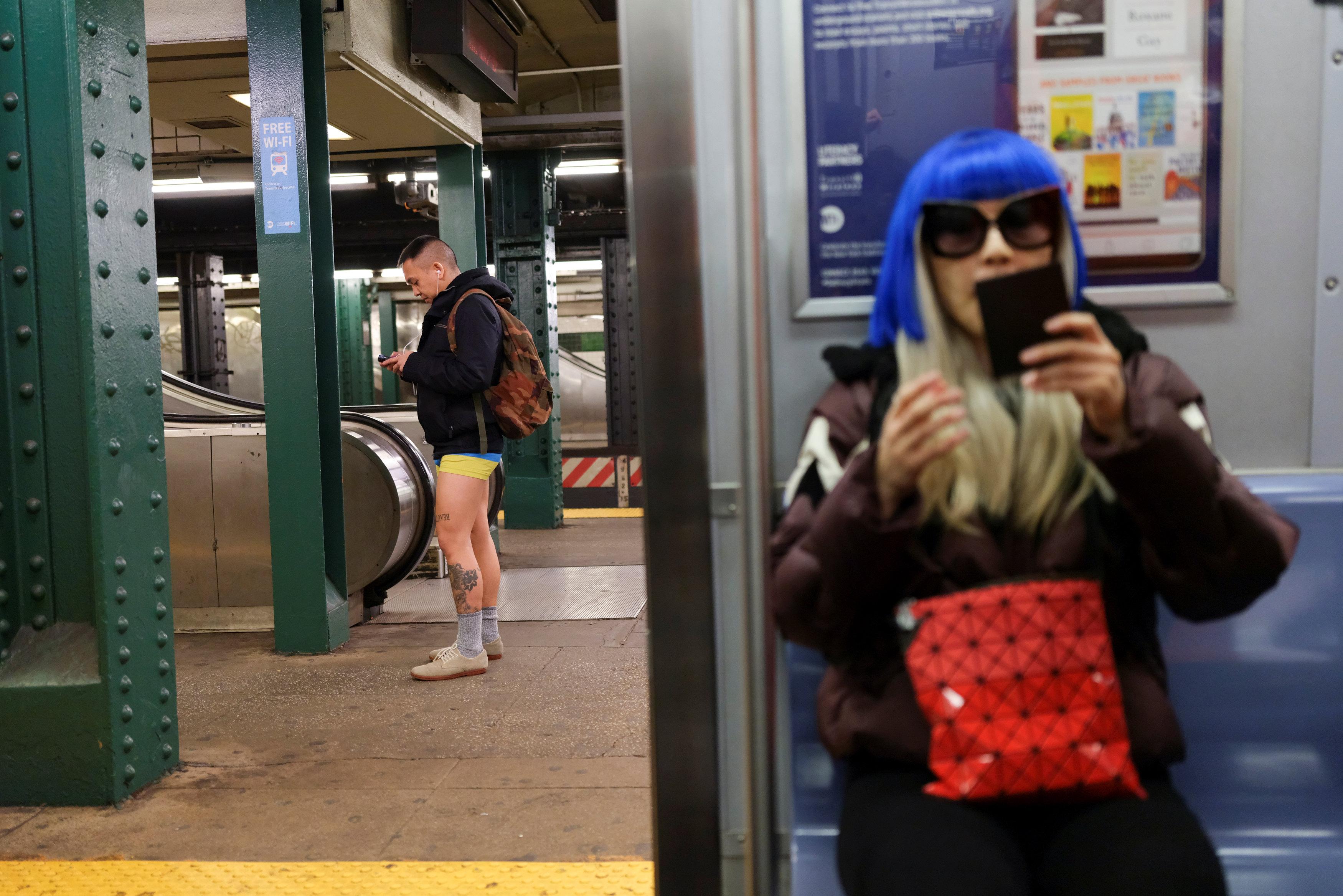 ركاب مترو نيويورك يحتفلون باليوم العالمى لخلع السروال رغم البرد (3)