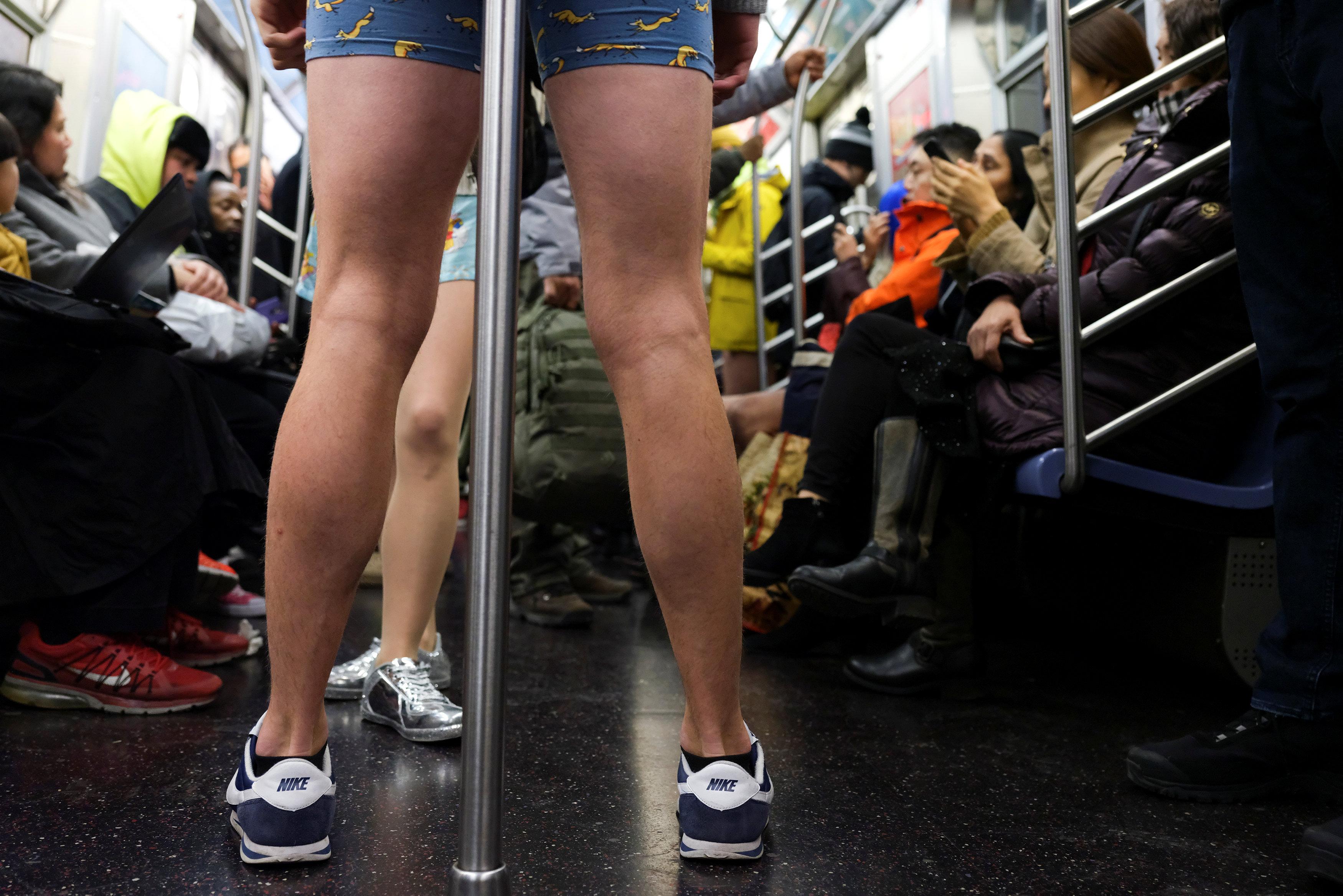 ركاب مترو نيويورك يحتفلون باليوم العالمى لخلع السروال رغم البرد (6)
