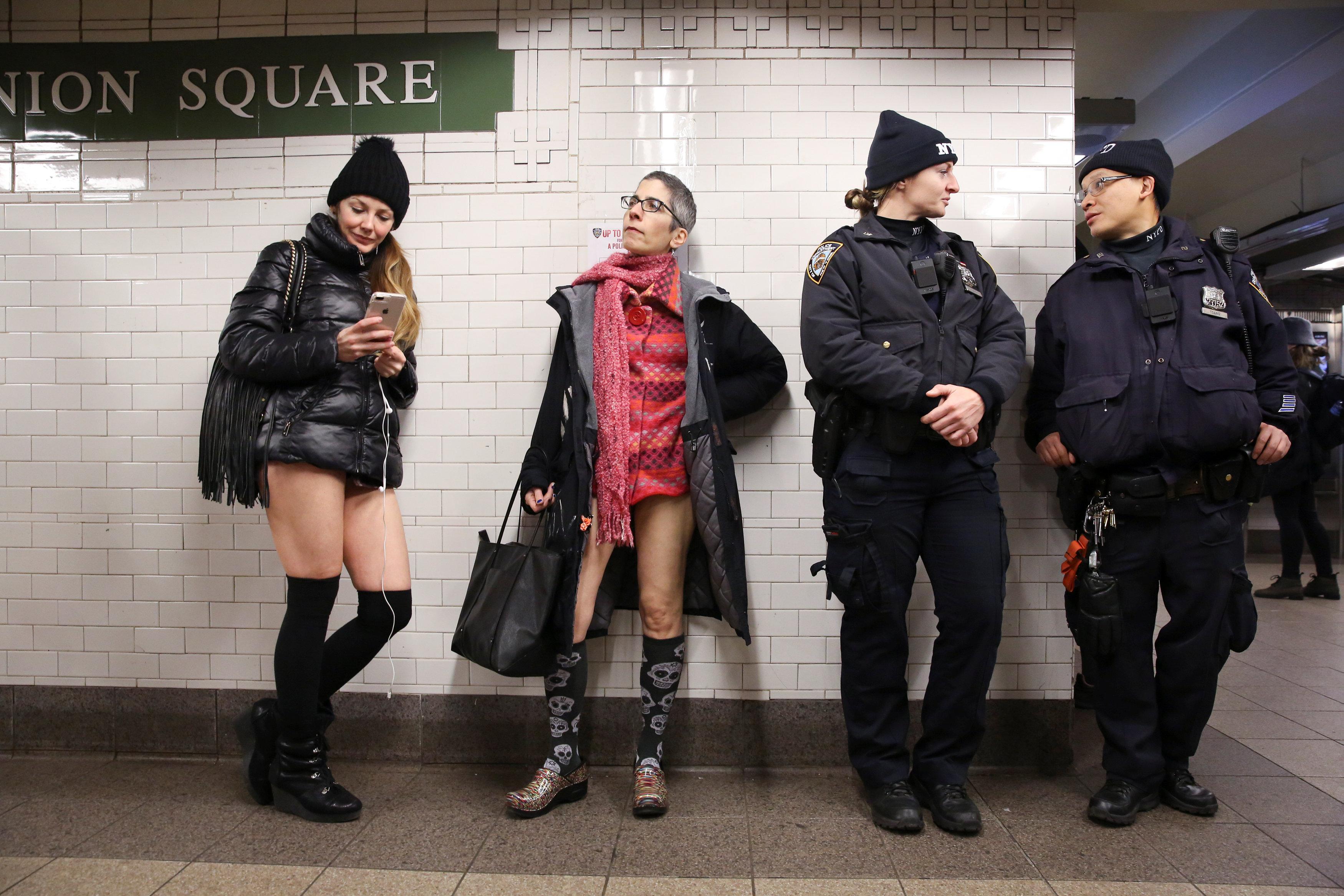 ركاب مترو نيويورك يحتفلون باليوم العالمى لخلع السروال رغم البرد (14)