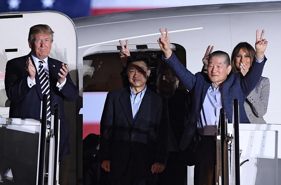 ترامب وزوجته حرصا على استقبال السجناء الأمريكيين بعد عودتهم من كوريا الشمالية