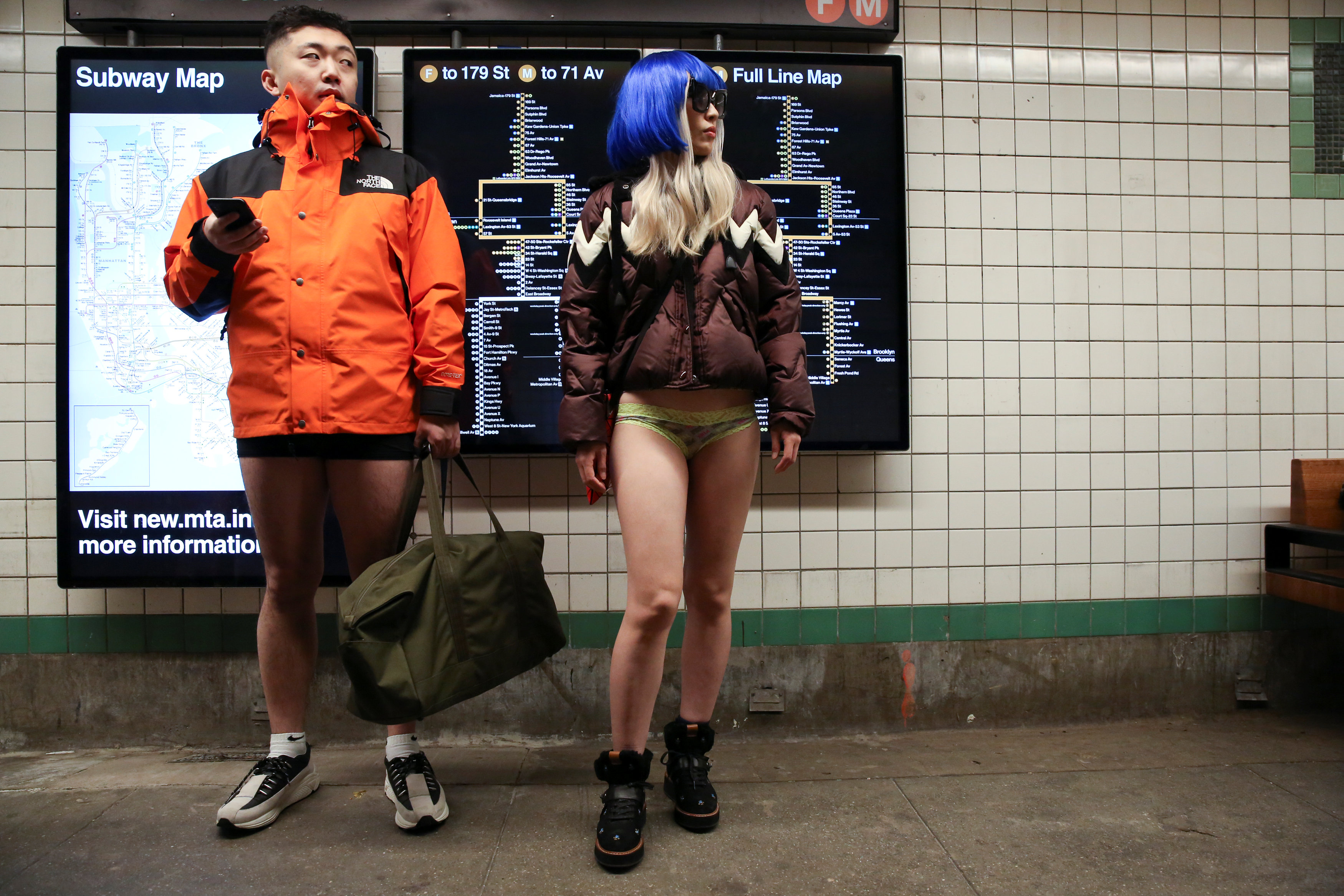 ركاب مترو نيويورك يحتفلون باليوم العالمى لخلع السروال رغم البرد (9)