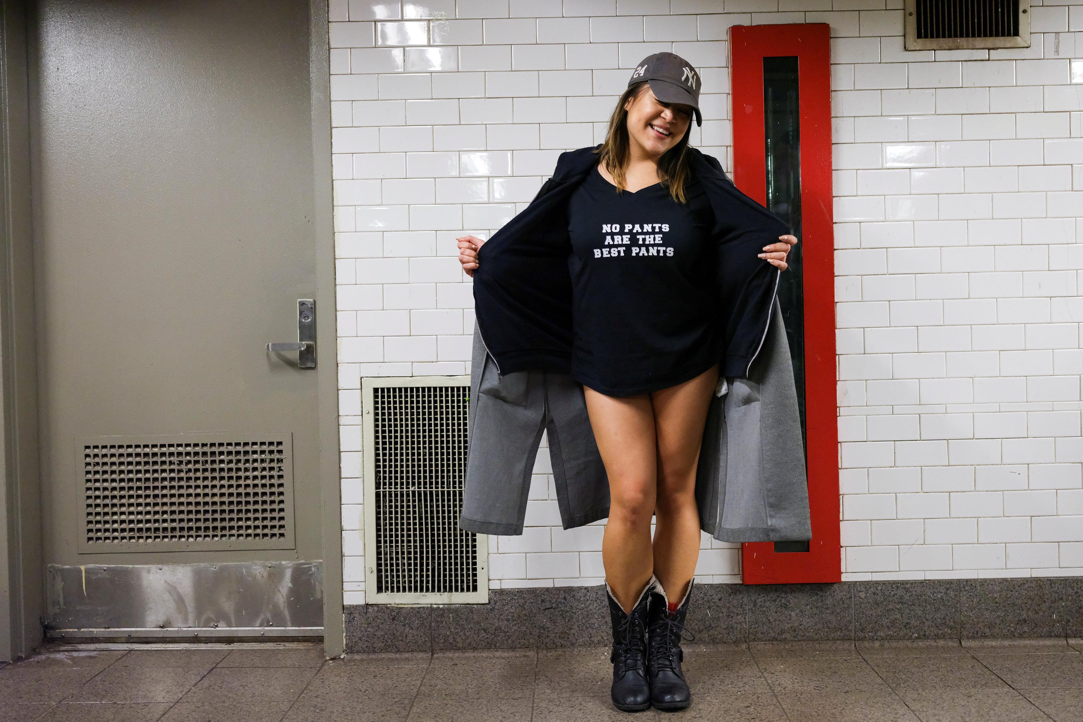 ركاب مترو نيويورك يحتفلون باليوم العالمى لخلع السروال رغم البرد (12)