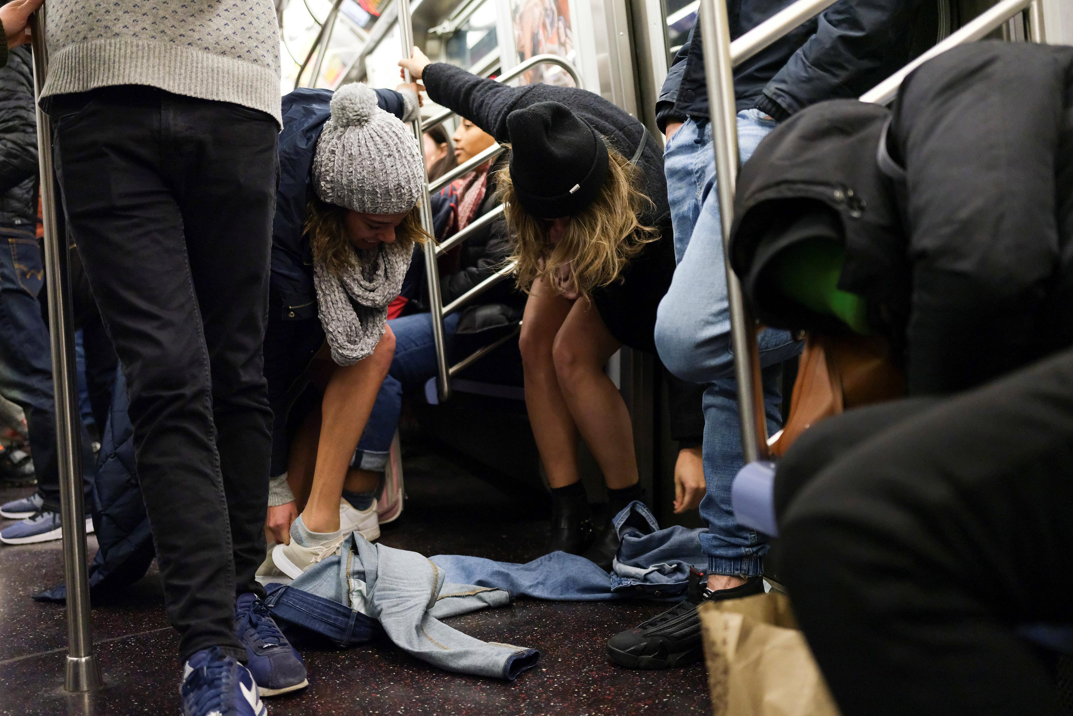 ركاب مترو نيويورك يحتفلون باليوم العالمى لخلع السروال رغم البرد (5)