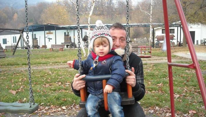 الطفل مع صديق والده قبل الحادث